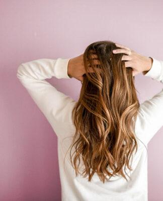 Jak dbać o osłabione włosy