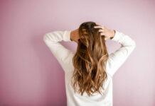 Jak sobie radzić z przetłuszczającymi się włosami